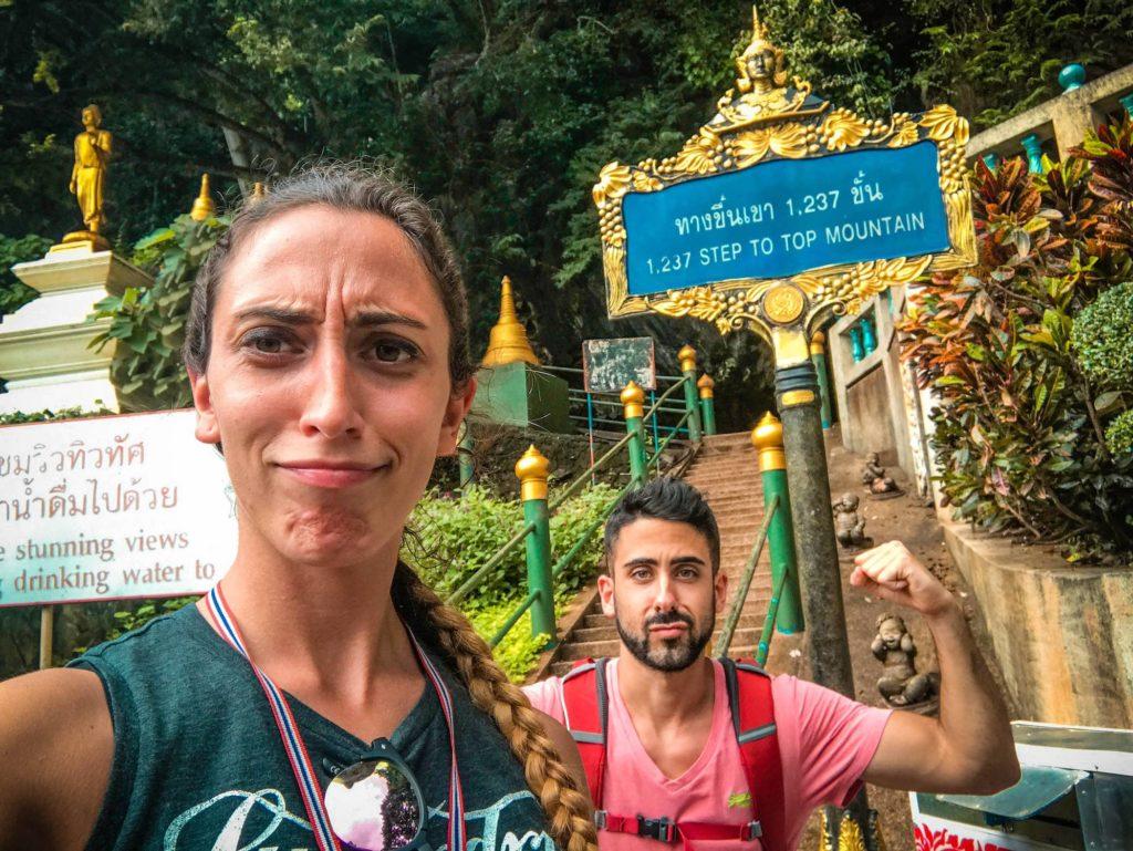 Inicio escaleras templo de la cueva del tigre